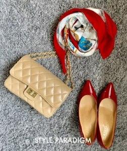 赤エナメルのポインテッドパンプス、赤系の柄スカーフ、ベージュのバッグの小物コーデ