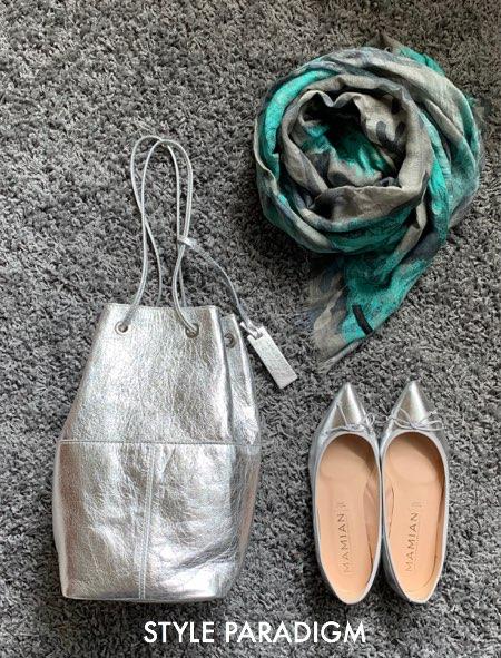 シルバーのバレエシューズとバッグ、グレー系ストールの小物コーデ