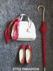 赤のバレエシューズと赤の傘、赤いスカーフをバッグに巻いた小物コーデ
