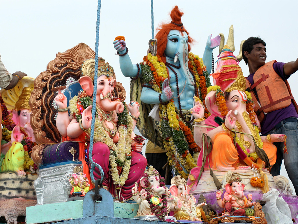 Huge cranes are used for Lord Ganesha immersion in lakes, Hyderabad
