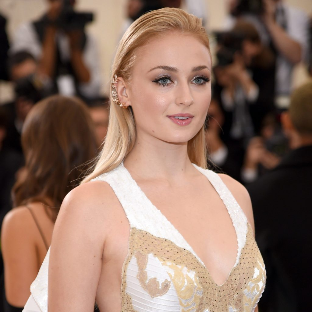 Sophie Turner Looks Poised As Ever In Serti Sur Vide Pink Gold Ear Crawler. PC-Google