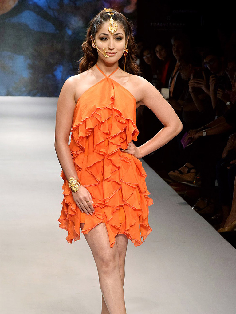 """Inspired From An Orange Flower, """"Flame Of The Forest"""" Pallavi Foley's Gold Jewellery Definitely Made Yami Gautam's Dramatic Nose Ring, Floral Stick Earrings, Gold Cuff And A Maangtikka Give An Edgy Statement. Bluestone Is The Associate Partner For Pallavi's Collection At IIJW2017"""
