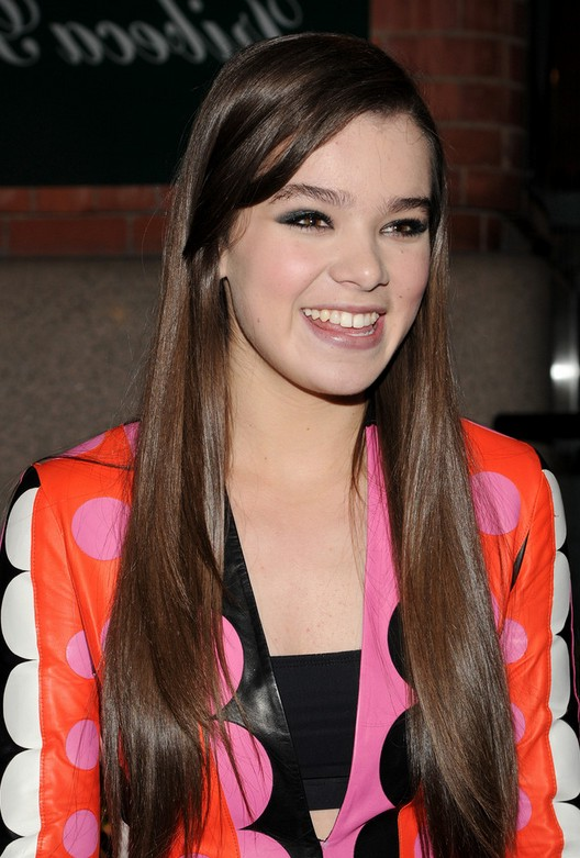 Hailee Steinfeld Cute Long Sleek Straight Hairstyle for