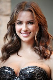 irina shayk shoulder length wavy