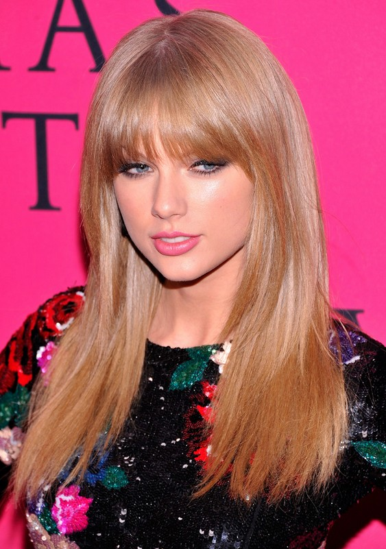 Taylor Swift Latest Glossy Long Blonde Hairstyle With