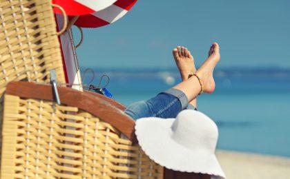 Strandurlaub ohne Reue: Das gelingt, wenn man immer einen hohen, gut verträglichen Lichtschutz aufträgt und die aggressive Mittagssonne meidet.