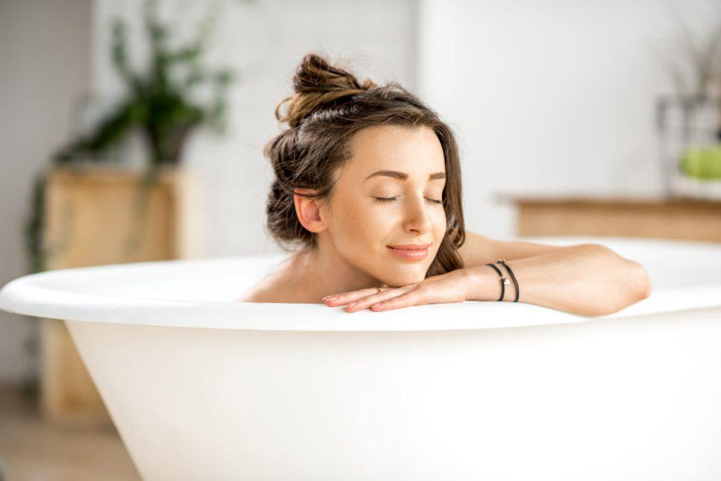 Einfach abtauchen - die Wanne wird mit den richtigen Badezusätzen und Pflegezusätzen zum Luxus-Spa.