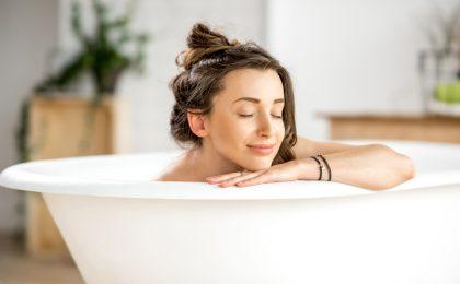 Einfach abtauchen - die Wanne wird mit den richtigen Badezusätzen zum Luxus-Spa.