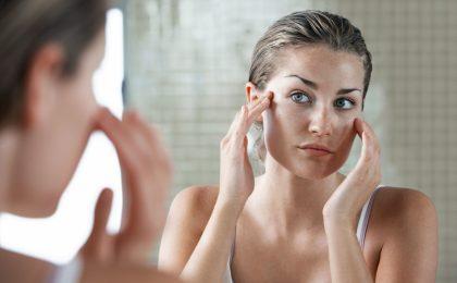 Frau vor dem Spiegel - Beautydrinks