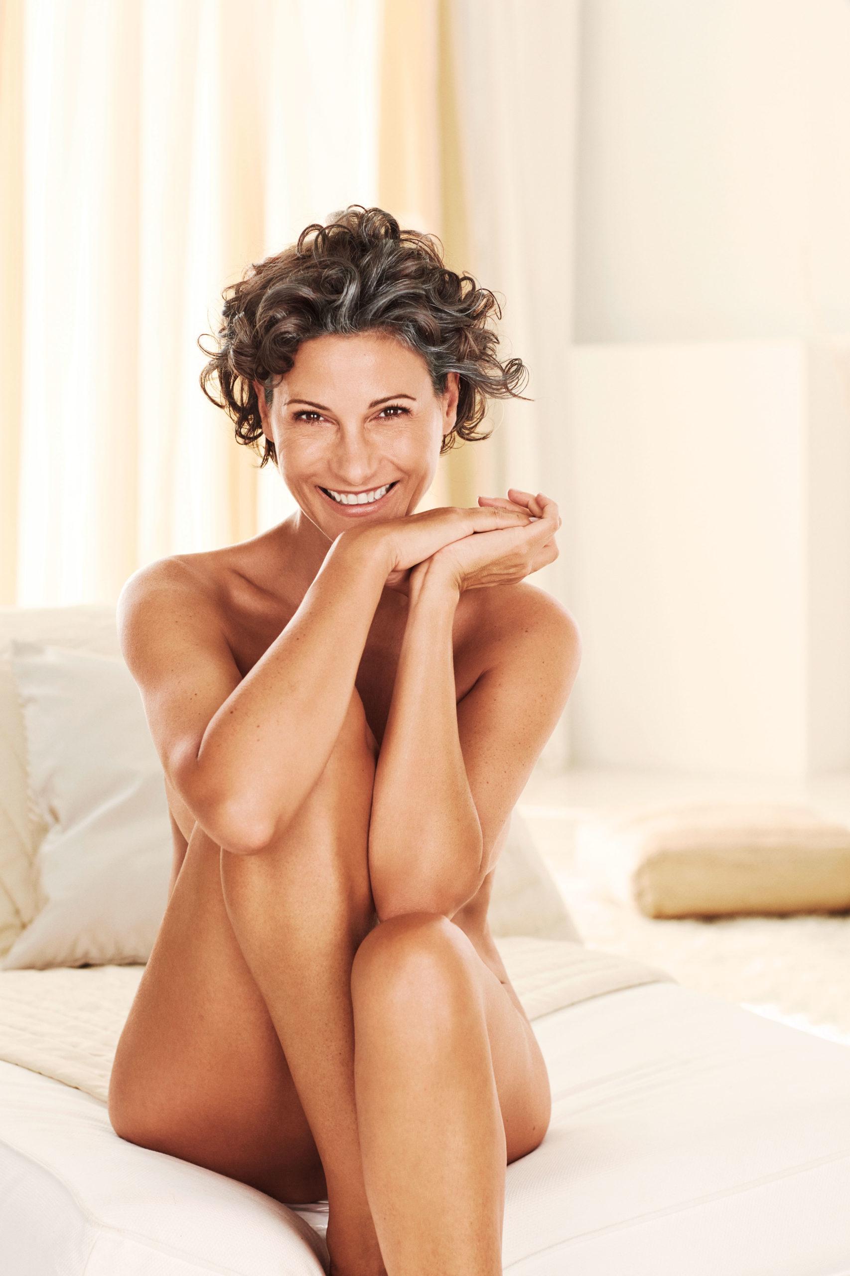 Reife schöne Frau-Tägliche Schönheitspflege leicht gemacht