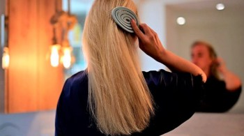 Frau mit langen Haaren nutzt feste Shampoos