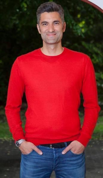 Die Farbe Rot verleiht uns Energie und wirkt auf andere sehr dynamisch. Durch ein sehr feines Kaschmirgarn wirkt diese Farbe trotzdem sehr edel.