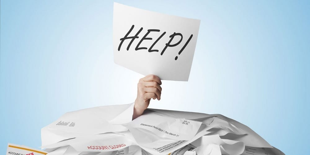 Uma pessoa pedindo ajuda ou dicas para sair das dívidas, pois sozinha não está conseguindo.