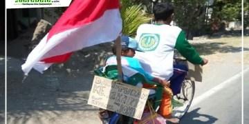 Mbah Ji bersama anaknya naik ontel hendak ke istana Jakarta
