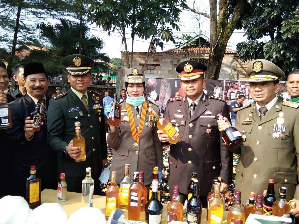 Jelang Bulan Suci Ramadhan Muspida Tangsel Musnahkan Belasan Ribu Botol Miras