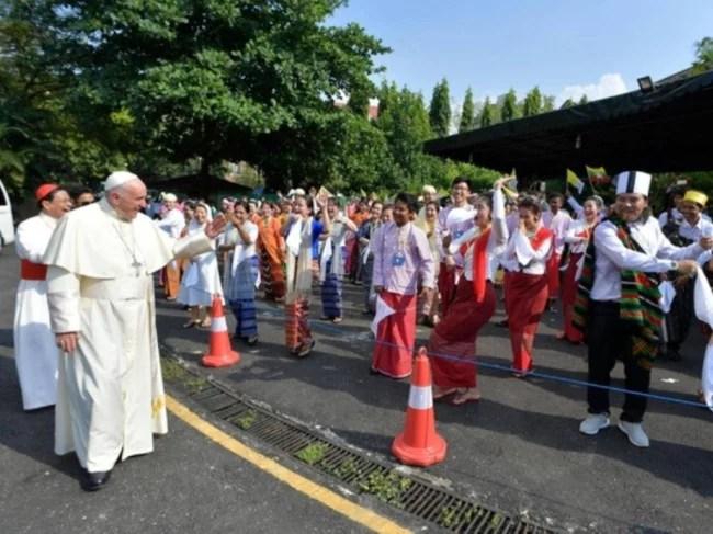 Paus Fransiskus Desak Pimpinan Myanmar Hormati HAM