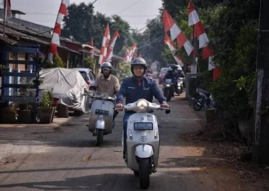 Gaya Blusukan Anies Baswedan, Keliling Kampung dengan Vespa Warisan