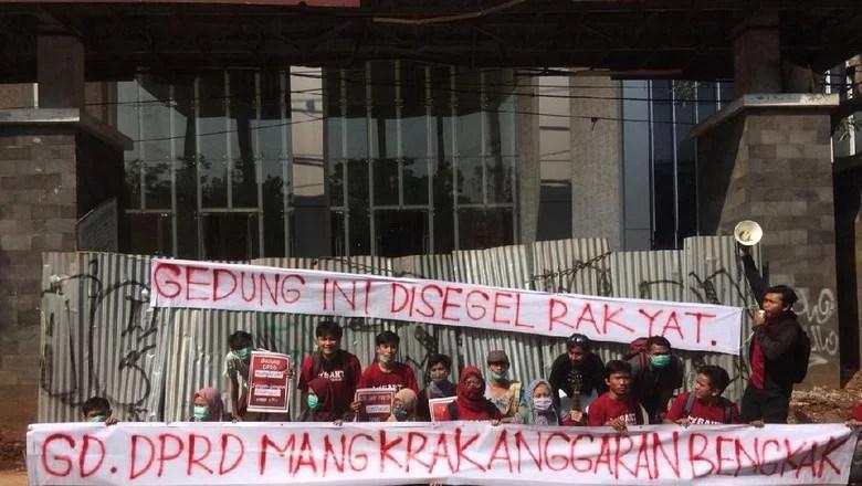 Mangkrak, Proyek Gedung DPRD Kota Tangsel Rp 200 M Disegel Mahasiswa