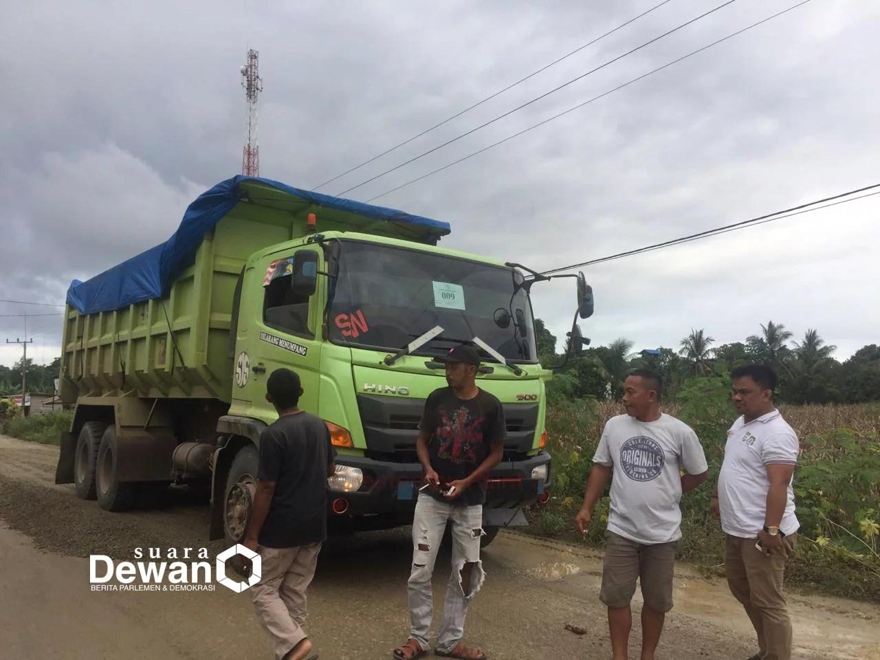 Tahan Mobil PT. Jhonlin, Warga Lombakasih Bombana Minta Jalan Diaspal Sebelum Dipakai