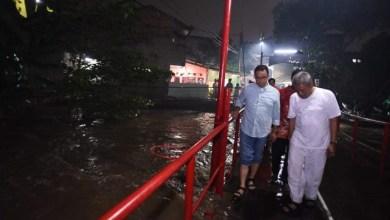 Photo of Hadapi Musim Hujan, Malam-malam Anies Inspeksi ke Cipinang Melayu