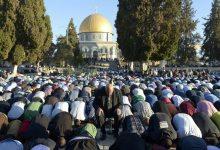 Photo of Lawan Tentara Israel, 40 Ribu Muslim Salat Jumat di Al-Aqsa