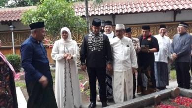 Photo of Hadiri Pemakaman Gus Solah di Tebu Ireng, Anies: Kami Bersahabat Tiga Generasi
