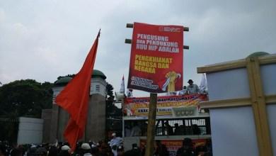 Photo of Ribuan Massa Anti Komunis Demo di Depan Gedung DPR