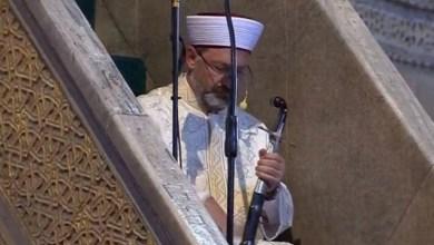 Photo of Khatib Sunah Pegang Tongkat atau Pedang Saat Khotbah, Ini Dalilnya