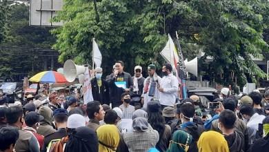 Photo of Kecam Macron, Ormas Islam Bandung Raya Demo di Gedung Sate