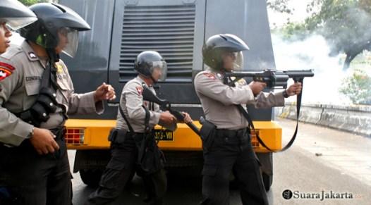 010 Anggota polisi sedang menembakan tembakan asap guna memecah kerusuhan   Foto: Aljon Ali Sagara
