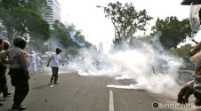 011 Bentrok semakin menyeruak asap berkali-kali yang dilakukan kepolisian meminta korban kedua belah pihak | Foto: Aljon Ali Sagara