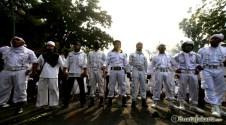 002 Setiba di lokasi tak jauh dari Kedubes AS, Laskar Pembela Islam dan Forum Umat Islam membentuk pagar untuk menghindari provokasi pihak luar | Foto: Aljon Ali Sagara