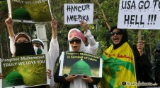 004 Wanita mujahidin dengan teriakan yel-yel anti AS | Foto: Aljon Ali Sagara