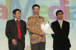 Hendri Kartono Manajer Marketing Support Yamaha Indonesia (tengah) menerima penghargaan Social Media Achievement Award