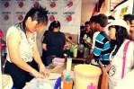 Pengunjung melihat proses pembuatan salah satu makan khas Jepang