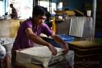 Anang, pekerja asal bandung yang baru bekerja selama 9 bulan ini sedang mencetak tahu. (Foto: Fajrul Islam/SJ)