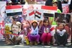 Anak-anak memegang poster solidaritas untuk rakyat Mesir. (Foto: Fajrul Islam/SuaraJakarta)
