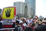 """""""STOP KEKERASAN DI MESIR"""" sebuah poster saat aksi solidaritas untuk rakyat Mesir di Bundaran HI. (Foto: Fajrul Islam/SuaraJakarta)"""