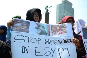 """Pendemo wanita memegang poster """"Stop massacre in Egypt"""". (Foto: Fajrul Islam/SuaraJakarta)"""