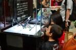 Anak-anak melihat mainan Ksatria Baja Hitam pada Anime Festival Asia Indonesia 2013 di JCC, Senayan, Jakarta (9/9). (Foto: Fajrul Islam/SJ)