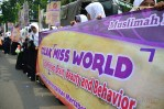 Massa HTI membawa spanduk tolak Miss World. (Foto: Fajrul Islam/SJ)