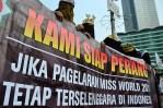 """Spanduk """"Kami Siap Perang"""" dibawa oleh para wanita bercadar. (Foto: Fajrul Islam/SJ)"""