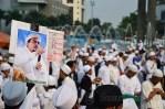Salah seorang pengunjuk rasa membawa Foto Habib Rizieq Sihab dan postet tolak Miss World. (Foto: Fajrul Islam/SJ)