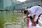 Para pengunjuk rasa mengambil air wudhu di Bundaran Hotel Indonesia. (Foto: Fajrul Islam/SJ)