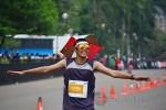 Seorang peserta memakai topi payung pada gelaran Jakarta Marathon Festival 2013. (Foto: Fajrul Islam/SuaraJakarta)