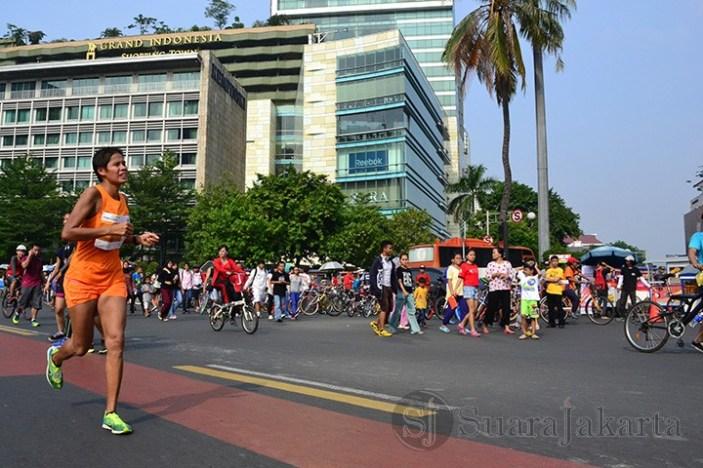Seorang peserta lari maraton melintas di depan Grand Indonesia Shopping Town. (Foto: Fajrul Islam)