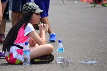 Seorang anak asal Jepang sedang menonton Jakarta Marathon Festival 2013 di garis finish. (Foto: Fajrul Islam)
