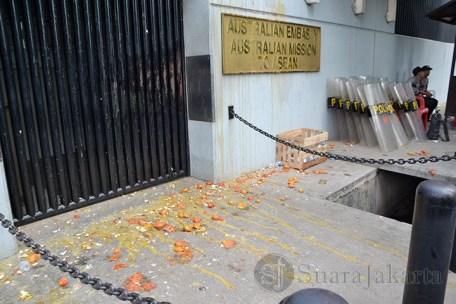 Terlihat garasi Kedubes Australia penuh dengan pecahan telur dan tomat busuk. (Foto: Fajrul Islam)