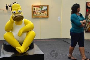 Patung salah satu karakter tokoh kartun The Simpsons duduk termenung pada acara Pasar Seni Jakarta 2013. (Foto: Fajrul Islam)