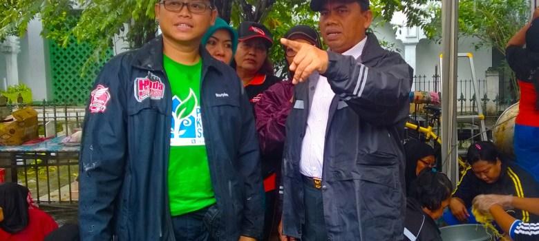Walikota Jakpus, Saefullah dan Ardy, Anggota Dewan Kota Jakarta Pusat saat meninjau Posko Banjir di Petamburan.